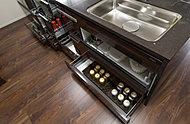 女性のこだわり目線で、収納量と使いやすさを重視したキッチンを採用。前面の収納部分はすべてが引き出し式。様々なサイズの収納パターンで、用途別にすっきりとまとめることができます。