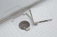 浴槽の残り湯で排水トラップ内にうず流を発生させ、毛髪やゴミをひとまとめに流します。