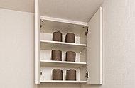 トイレには収納量豊富でデザイン性の高い、飾り棚のある吊り収納を設置しています。※部屋のタイプによって収納形状が異なります。
