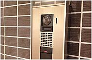 マンションのエントランスだけでなく、各戸玄関前にもカメラ付きインターホンを標準設置。防犯性を高めます。