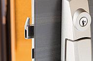デッドボルトに鎌状の突起物をつけることでバールのこじ開けに対する防犯性能を高めます。
