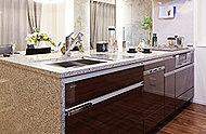 前面の収納部分がすべて引出し式のぷるぴっとキッチンを採用。大きなお鍋などの調理器具から調味料、包丁まで、使いやすさを考えた間仕切りと収納スペースをご用意。