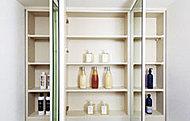 化粧品などを収納できる機能的な鏡裏収納を設置しています。