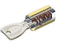 専用工具を用いて錠前部からの不正開錠が困難なディンプルキーをツーロックにしています。