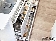 奥まで利用できて大きな調理器具の出し入れも楽なスライド収納。ゆっくりと閉まるブルモーション機能を備えています。