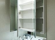 鏡扉裏側が全面収納スペースで、化粧品など小物を収納できます。左右の鏡を開けば頭の後まで映るのでヘアセットなどにも便利です。
