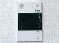 カラーモニター付きのインターホンは、ハンズフリータイプを採用。家事の最中などで手が塞がっていても応答ができます。