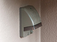 バルコニーには、装飾の照明を灯すなど、電源が使えるように防水用のコンセントを設置しています。