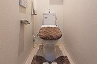 全戸に清潔で人気の高い、洗浄機能付便座を採用しました。また脱臭機能や暖房便座等も付き快適にご使用ください。