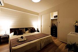 深い眠りへと誘い、心地よい目覚めをかなえる、ゆったりとした主寝室。