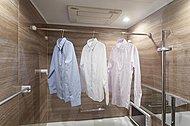 多彩な機能を備えた浴室換気乾燥機を設置。衣類乾燥に便利なランドリーパイプも備えています。