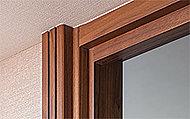 ドアには、重厚感とクラシカルな雰囲気を実現するケーシング枠を採用。奥行きのあるデザインがワンランク上の暮らしを演出します。