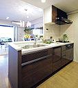 清潔感にあふれるデザイン性の高いキッチン。