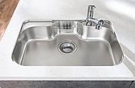 中華鍋等も楽に洗える大型サイズです。シンク裏面に備えた制振材が、水はね等の不快な音や振動を軽減します。