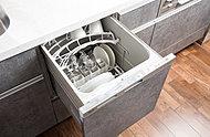 ビルトインタイプの食器洗い乾燥機を採用。水圧で伸びる2段式ノズルによって、ムラなく洗浄でき、手洗いより衛生的です。