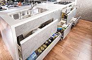 使い勝手にきめ細かく配慮したスライド式の収納スペースを効率よく確保しています。※巾木収納はオプション(有償)です。