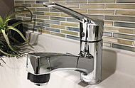 レバー操作ひとつで、水量や温度の調節が可能な混合水栓を採用。シャワーヘッドを引き出せるのでお手入れが簡単です。