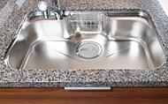 中華鍋なども楽に洗える大型サイズです。シンク裏面に備えた制振材が、水はねなどの不快な音や振動を軽減します。