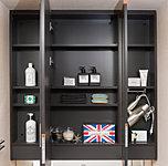 洗面化粧室には、機能的な三面鏡付化粧台を設置。三面鏡の裏側は全面収納スペースとなっており、化粧品や整髪料などをまとめて収納できるので大変便利です。