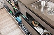 使い勝手にきめ細かく配慮したスライド式の収納スペースを効率よく確保しています。
