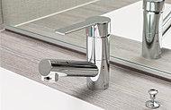 レバー操作ひとつで、水量や温度の調節が可能な混合水栓を採用。