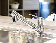 浄水器内蔵タイプなので水栓が1本にまとまり、シンクまわりもスッキリ。ヘッドが引き出せるので、シンクの隅々まできれいに流せます。