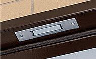 一部住戸の玄関ドアと窓には防犯センサーを設置。セット時にドアや窓が開けられると警報音を発し、ALSOKへ通報します。※一部住戸のみ。