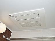 雨天時に洗濯物を乾かせ、カビの発生も抑制。寒い日には浴室内を暖めます。