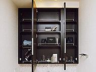 三面鏡裏には化粧品等を整理できる収納スペースを確保しました。