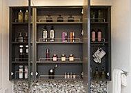 鏡扉の裏側には収納が設置され、洗面用具や化粧品などの小物を機能的に整理できます。