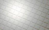 浴室には、水はけが良く、水たまりができにくい床を採用しております。また、汚れも落ちやすく、お掃除を楽に行えます。