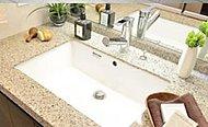上質感がありお手入れもしやすいカウンタートップを採用しています。※写真の洗面化粧台天板はオプションです。