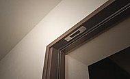 全ての玄関ドアと一部住戸(2階)の窓には防犯センサーを設置。※FIX窓、ガラスブロック、侵入防止柵設置窓を除く。