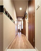 リビングへ続く高級感あふれる廊下
