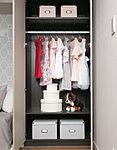 さまざまな種類の衣類や小物類を、機能的に効率よく整理しておけるシステム収納です。