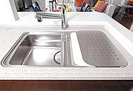 作業効率を高める3層スペース構造のシンクを採用。水ハネ音や落下音などを軽減する静音仕様です。