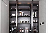 洗面用具や化粧品などをすっきりしまえる収納スペースを、洗面化粧台の鏡裏に確保しています。※Bタイプを除く