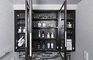 洗面化粧台の鏡の裏面は大きな収納スペースに。洗顔用品や化粧品の収納にとても便利です。