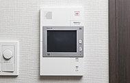 エントランスのオートロックシステムに対応して、来客が確認できるハンズフリーのインターホンです。