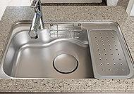 キッチンのシンクは、水はね音を軽減する静音仕様を採用しています。