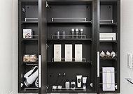 三面鏡裏には歯ブラシや化粧品等を整理できる収納スペースを確保しています。
