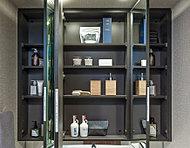 化粧品などの小物類を鏡裏に設けた棚にまとめて収納。散らかりがちな洗面台周りがすっきりと整えられます。