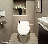 スタイリッシュでコンパクトなトイレです。快適・清潔な温水洗浄、暖房便座機能を装備しました。※一部プランを除く