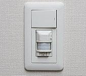 玄関には人を感知して自動点灯する人感センサー付スイッチを採用。夜の帰宅時も安心です。
