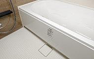 浴槽のまたぎ高さを低く抑えた低床式仕様。お子様やご年配の方も安全に入浴いただけます。