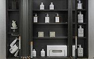 三面鏡の鏡裏は便利な収納スペース。洗面用具や化粧品などの小物類を機能的に整理できます。