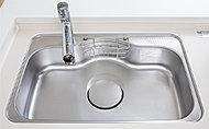 水はね音を軽減する静音仕様のシンク。大きな鍋なども洗えるワイドサイズです。
