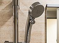 空気を取り込むことで、水量がありながら心地の良いシャワーを生み出すエアインクリックシャワーを採用。手元で出し止めができるクリックボタン付きです。