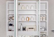 三面鏡には大型ミラーを採用。鏡裏には化粧品などをすっきり整理できる収納スペースを設けています。