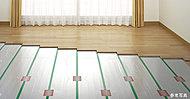 東京ガスのガス温水システム「TES」採用の床暖房。ホコリを舞い上げる温風がなく、操作が簡単で、足もとからやさしく暖める暖房を実現します。